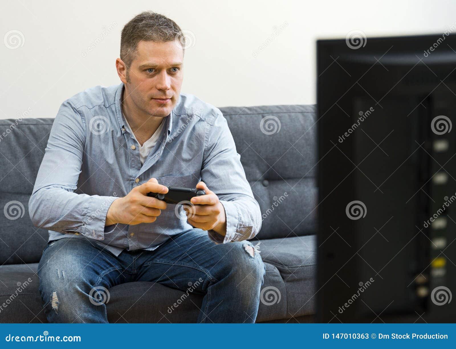 Stilig man som spelar videospelet