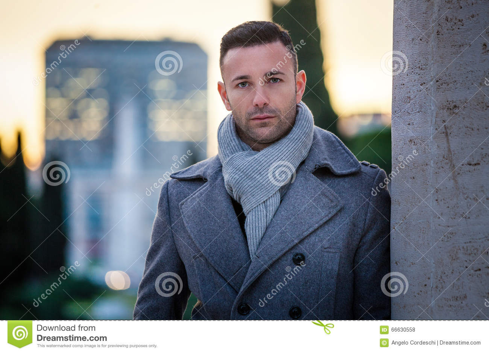 Stilig modern man i staden Vintermäns mode