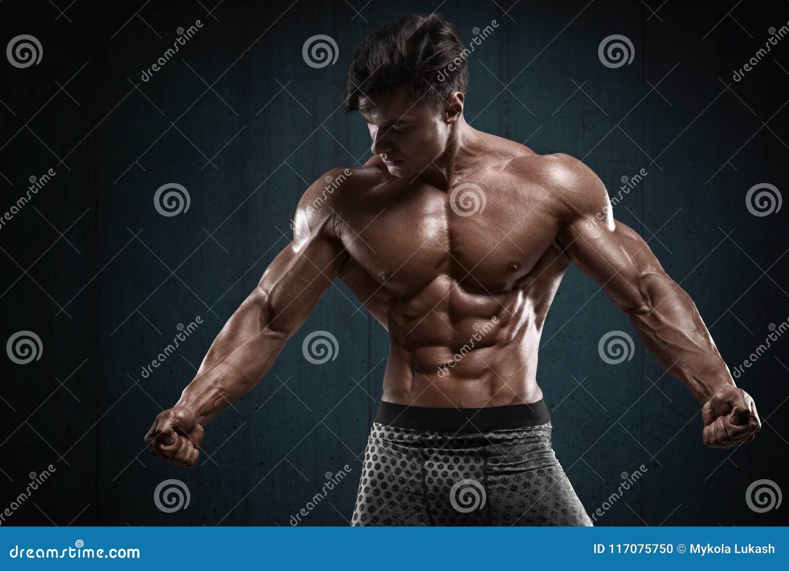 Stilig muskulös man på väggbakgrund, format buk- Stark manlig naken torsoabs