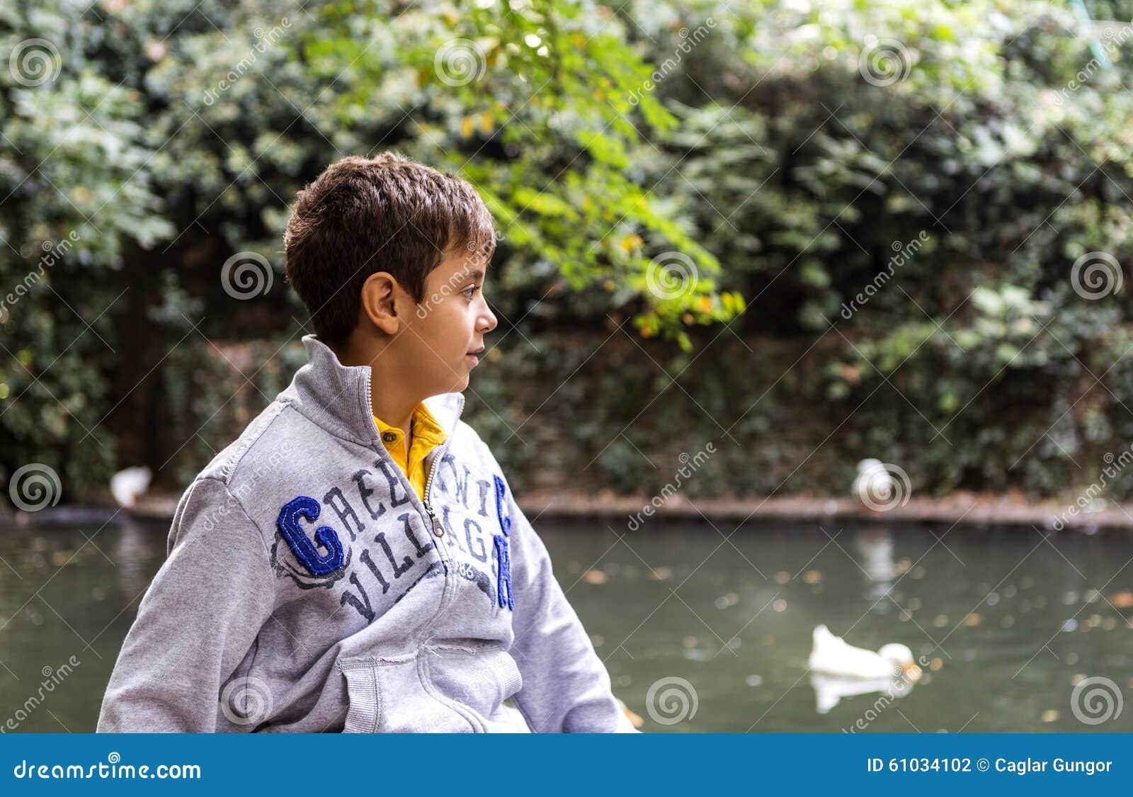 Stilig pojke som ser änder