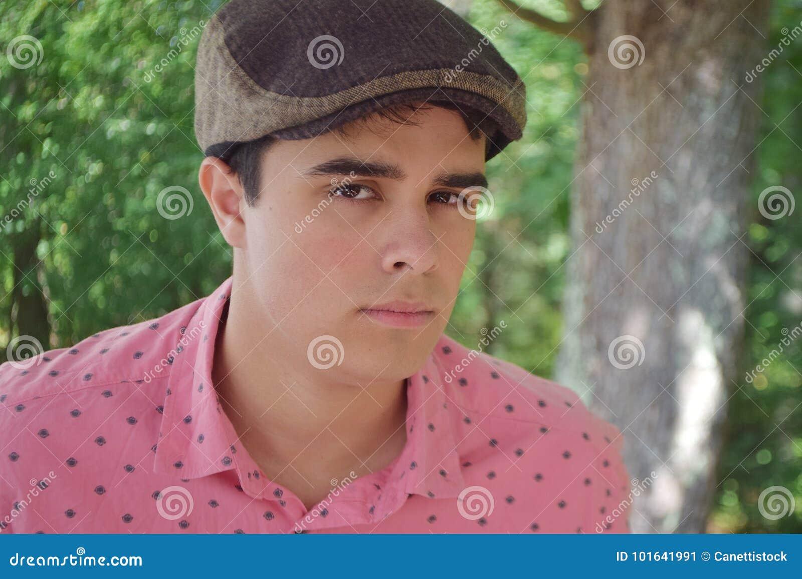 Stilig tonåring som ser dig