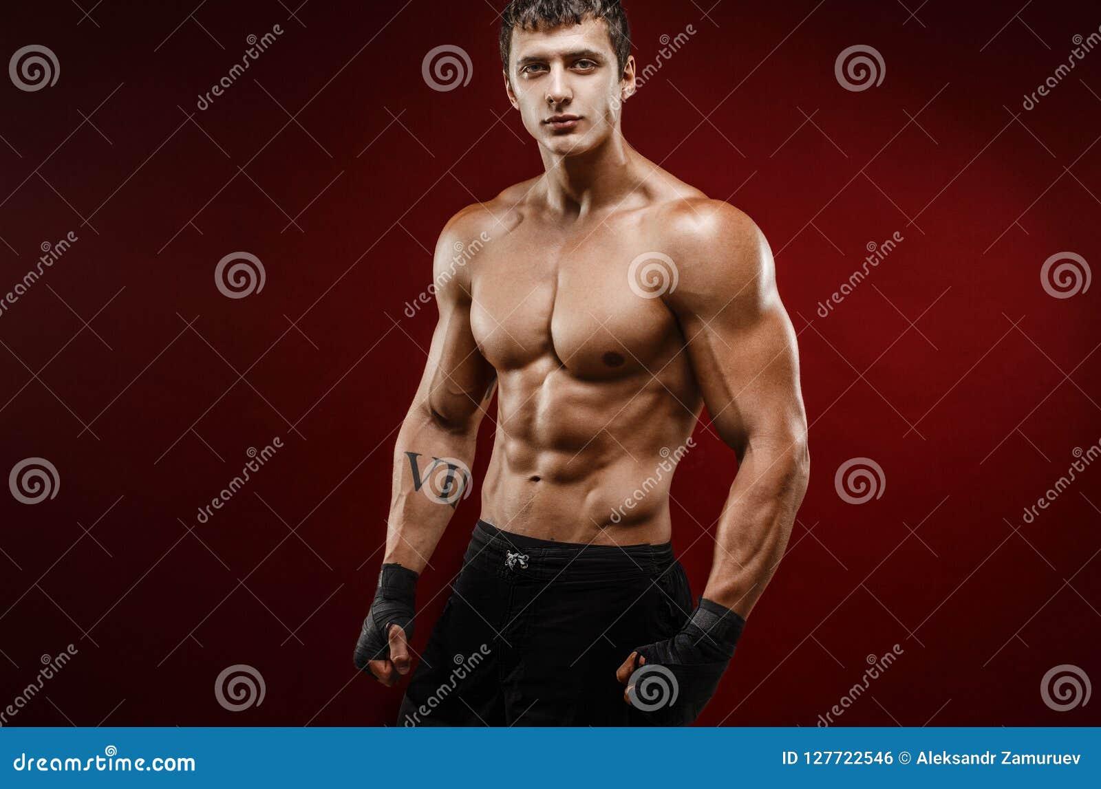 Stilig topless muskulös man i stridighethandskar