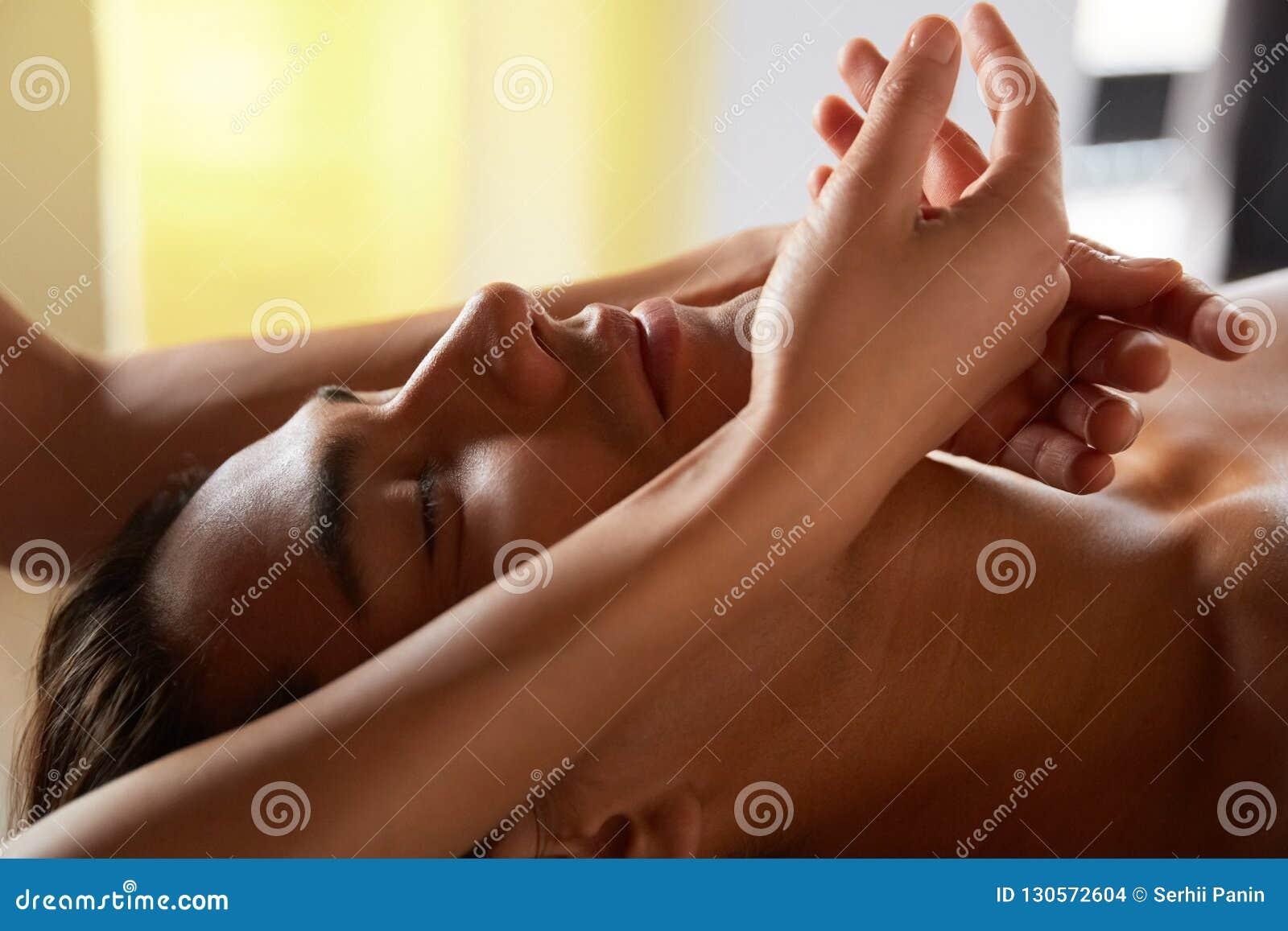 Stilig ung man som får massage