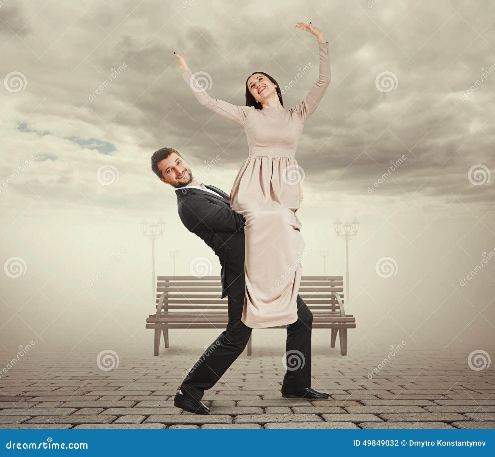 Stilig ung man som rymmer hans kvinna