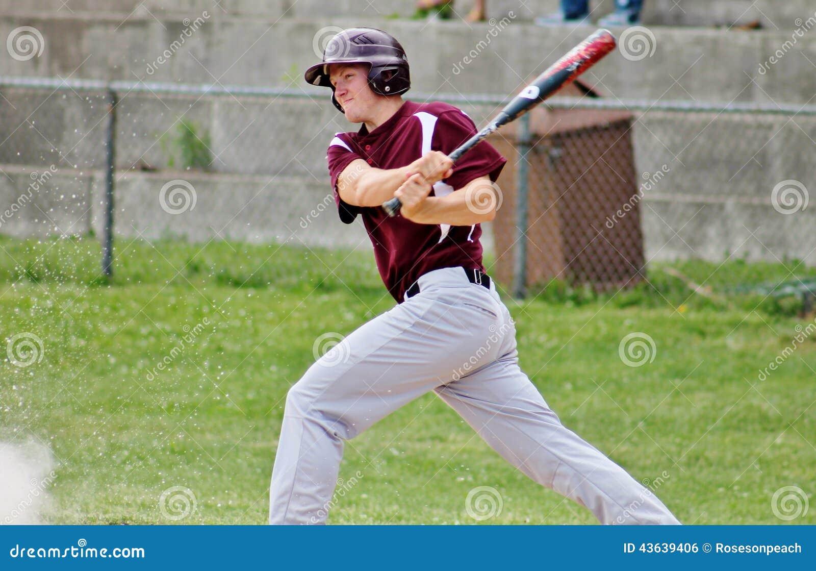 Stilig ung tonårig basebollspelare som svänger slagträet