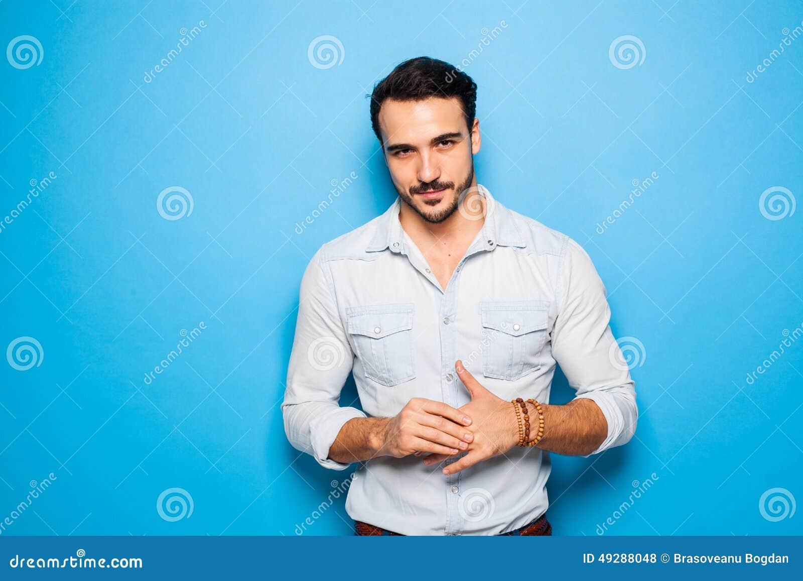 Stilig vuxen människa och manlig man på en blå bakgrund