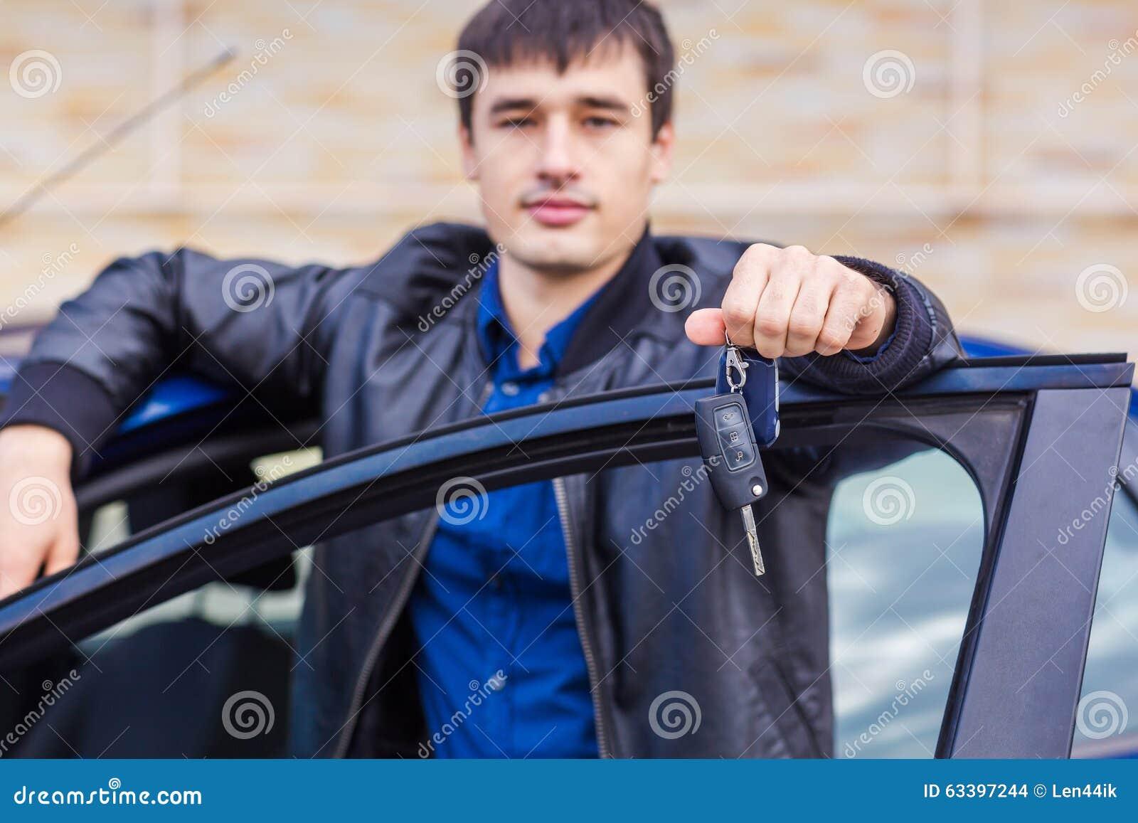 Stiligt anseende för ung man nära hans bil