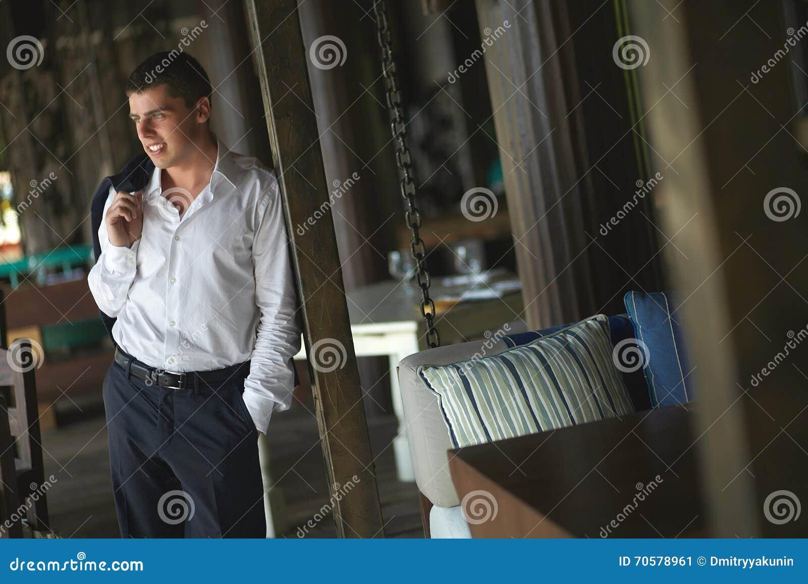 Stiligt anseende för ung man utanför restaurang på terrass