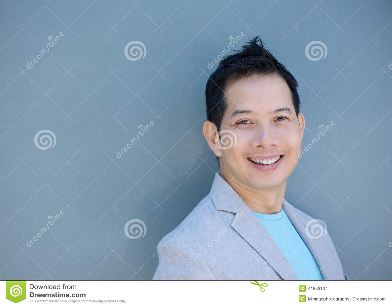 Stiligt asiatiskt le för man