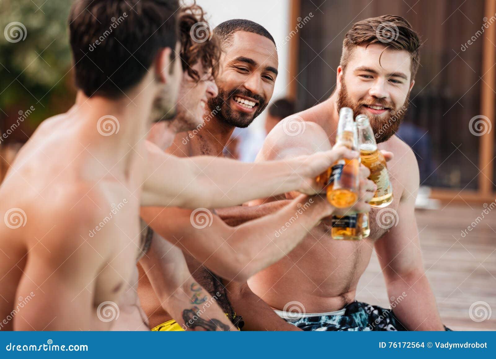 Stiligt barn som ler män som har gyckel i simbassäng