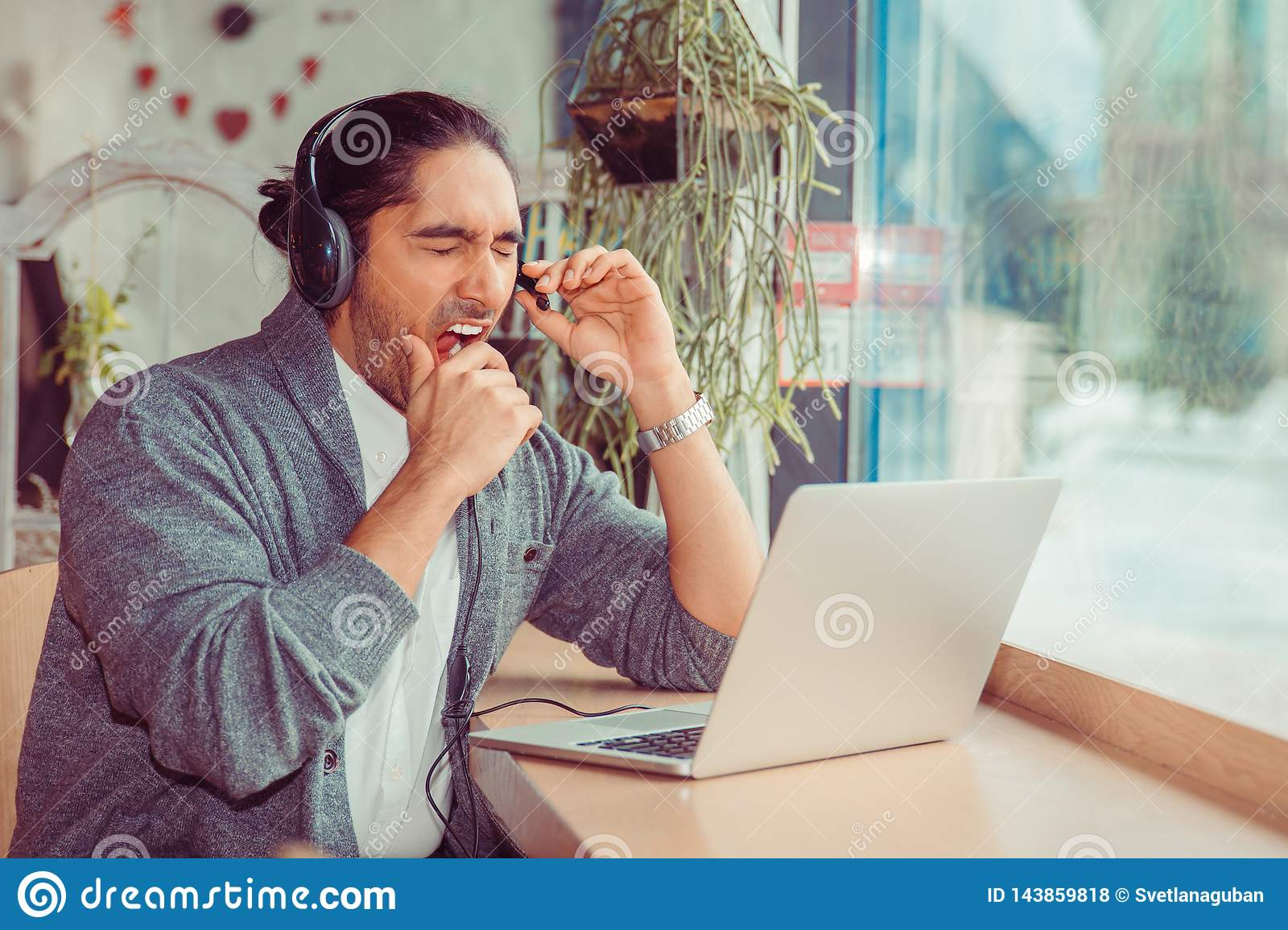 Stiligt gäspa för telemarketerman