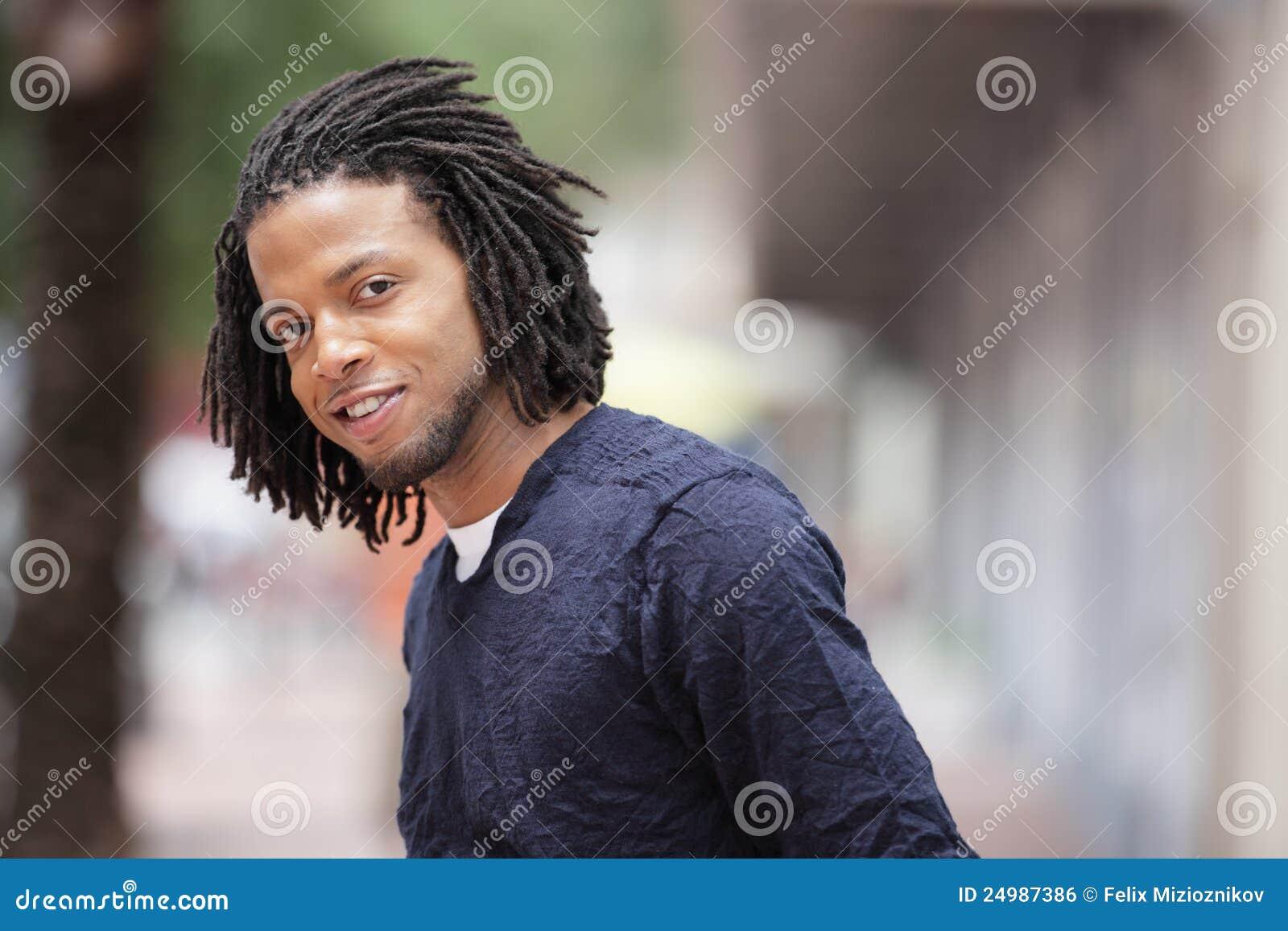 Stiligt le för svart man