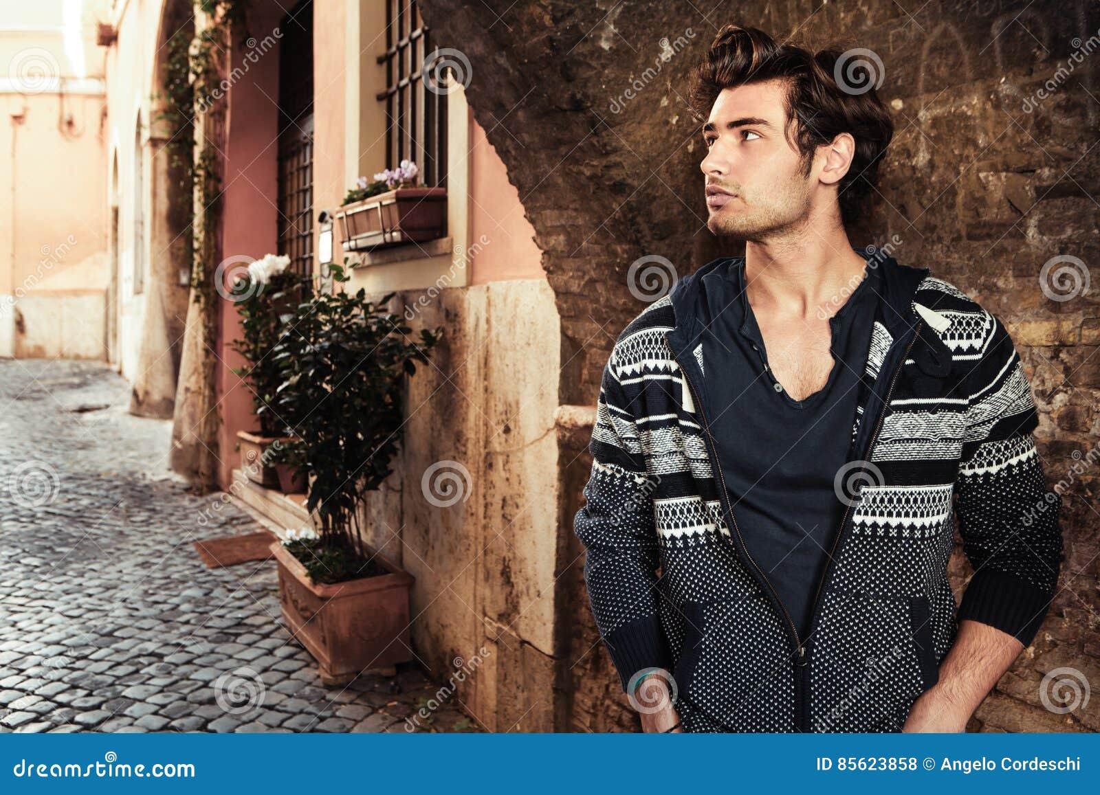 Stiligt manbarn för stad Vänta i gatan