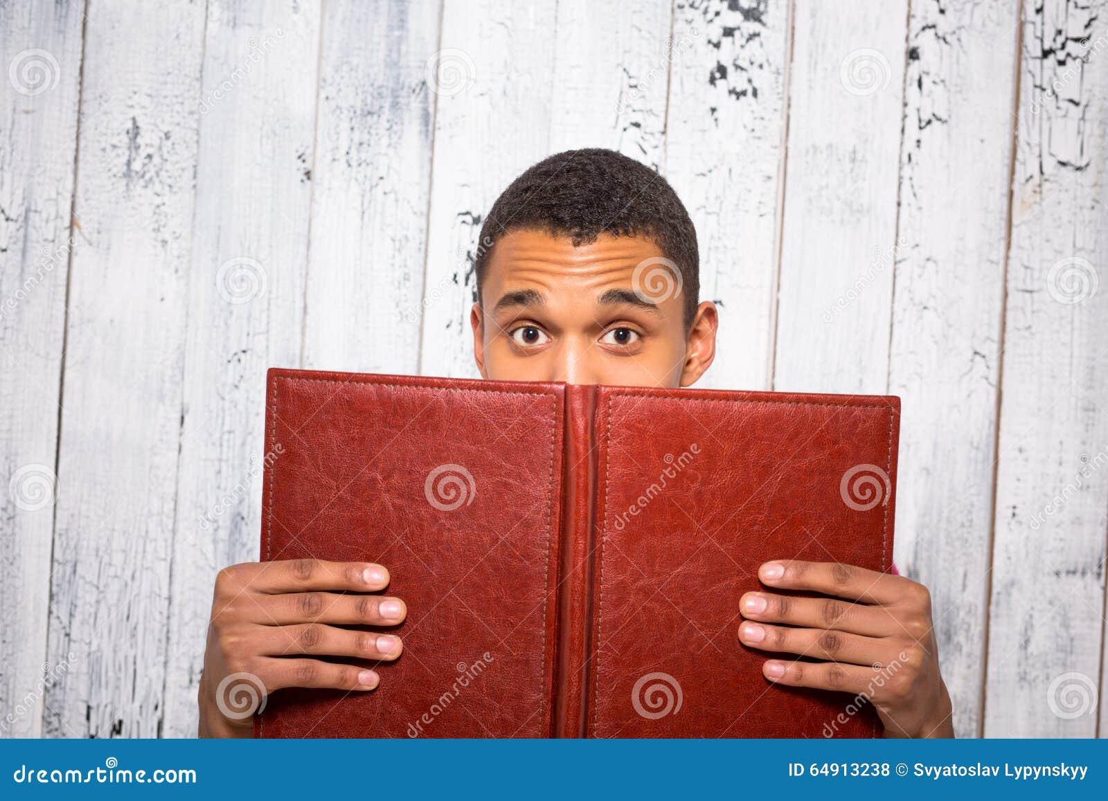 Stiligt mannederlag bak registret eller tidskriften i studio