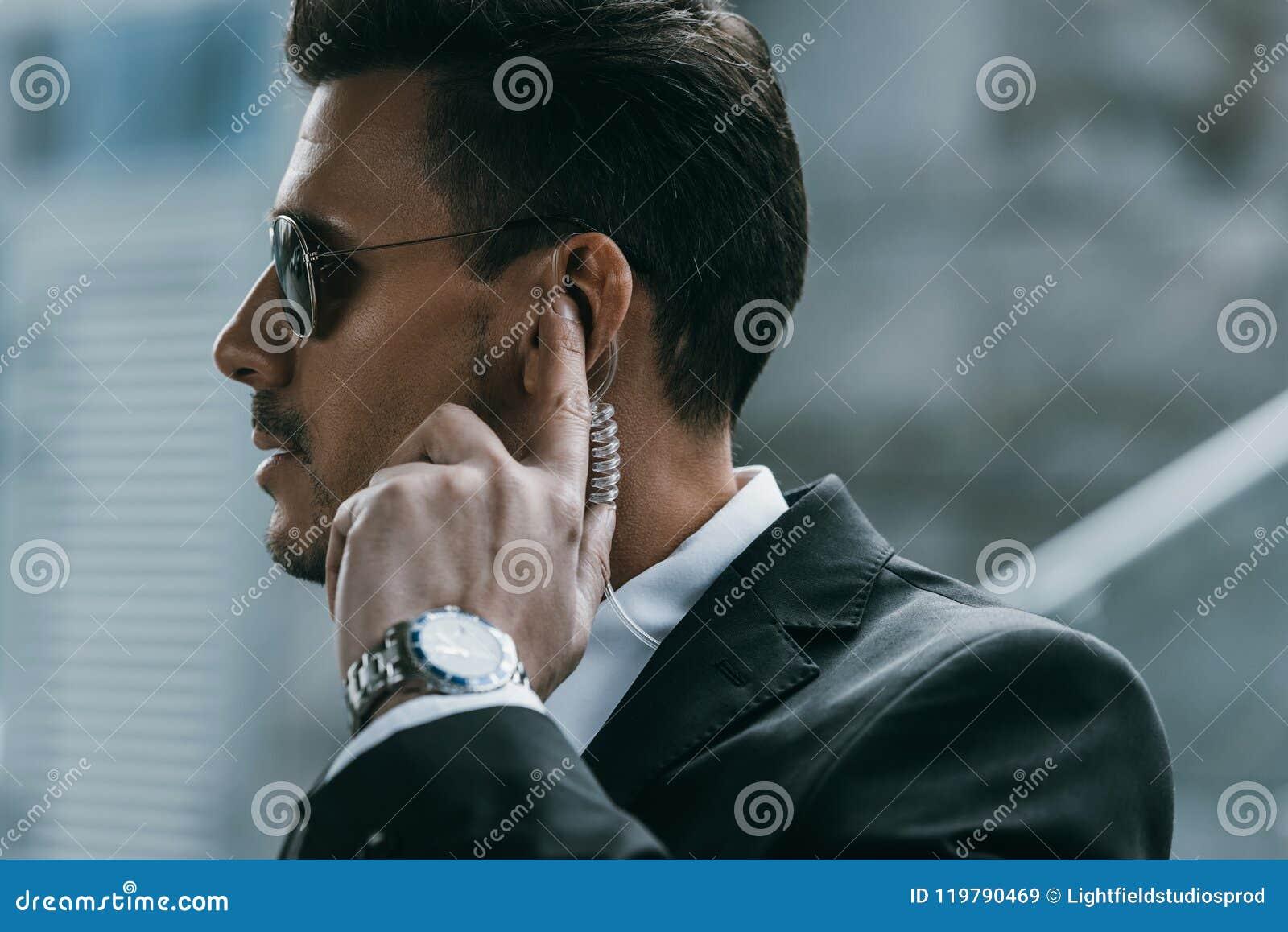 Stiligt ordningsvaktanseende och lyssnande meddelande med säkerhet