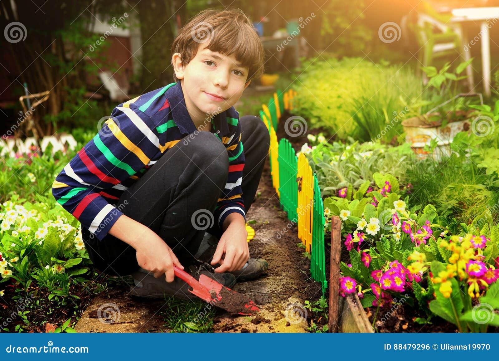 Stiligt pojkearbete för Preteen i trädgården