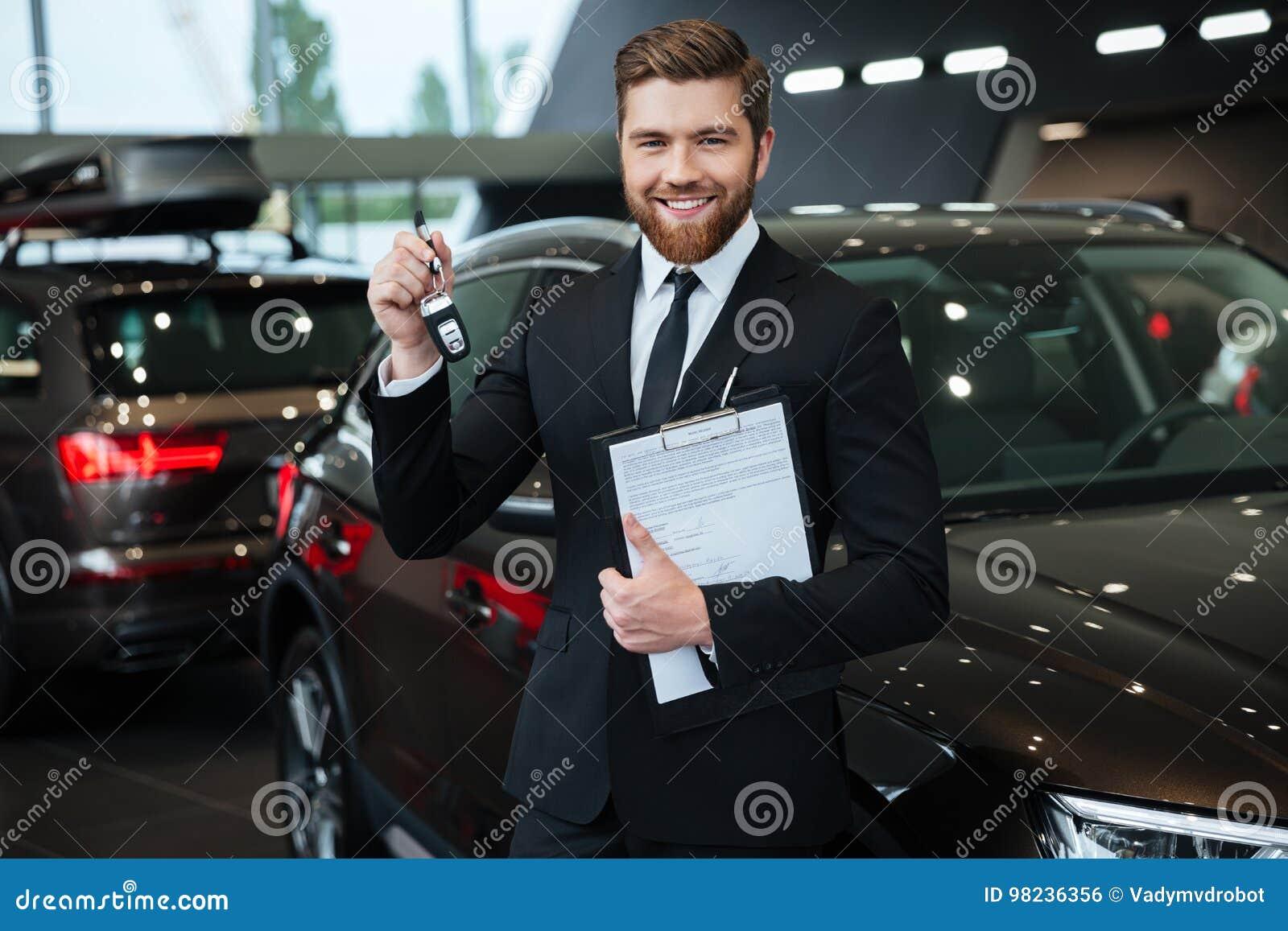 Stiligt ungt bilförsäljareanseende på återförsäljaren