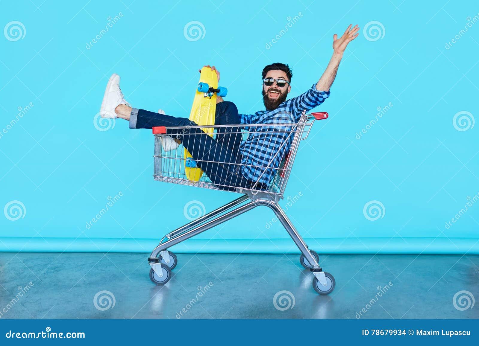 Stiligt ungt hipstermansammanträde i shoppingvagnen