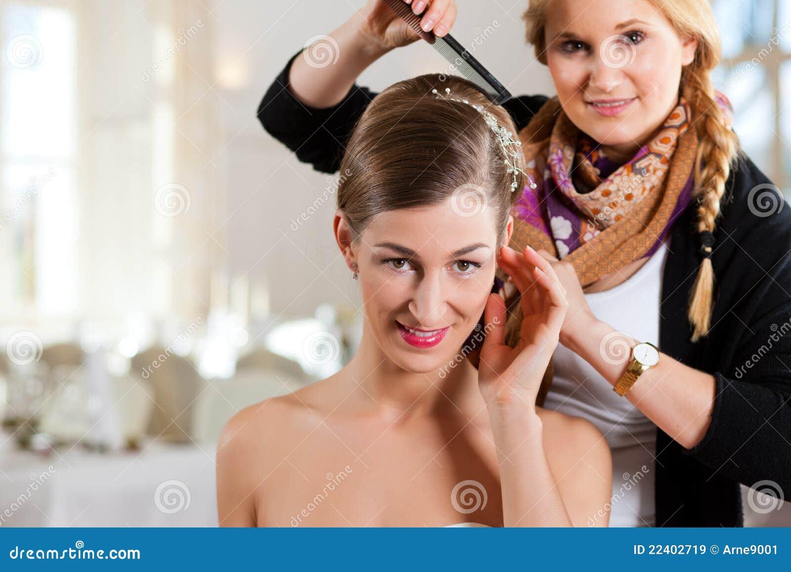 Stilist die het kapsel van een bruid vastmaakt