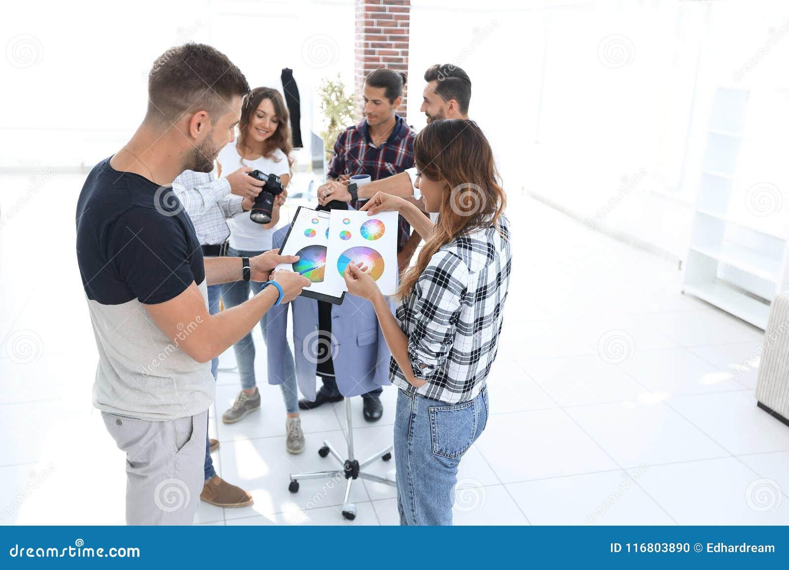 Stilisti che discutono la tavolozza di colore nello studio
