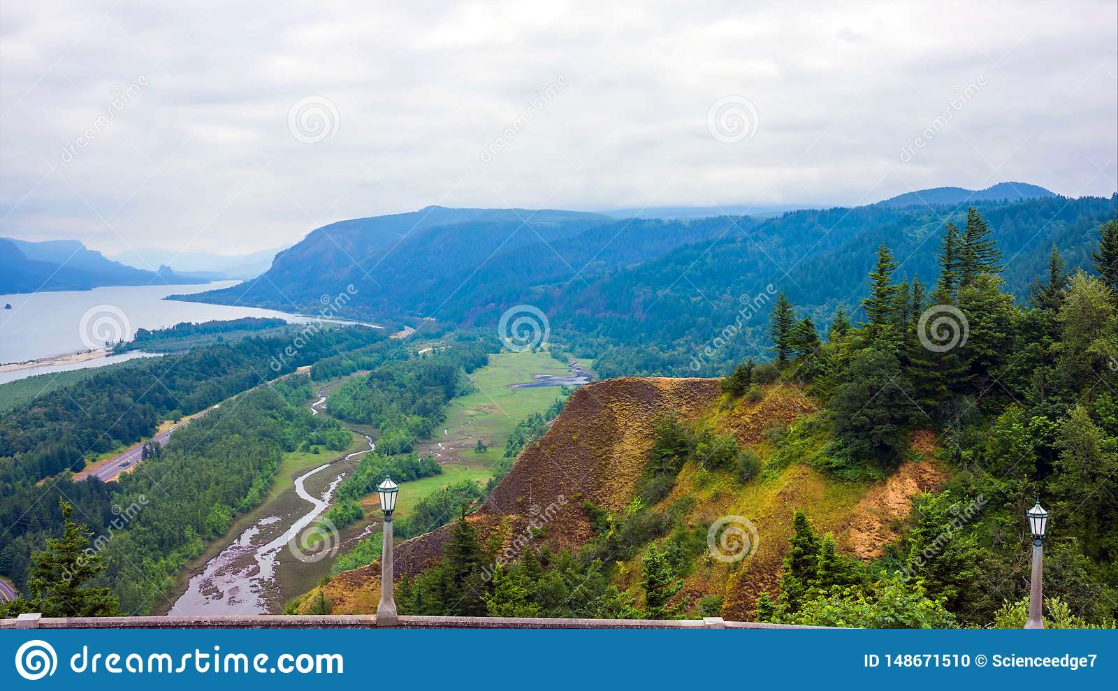 Stillahavs- nordv?stlig kust, USA - den slingriga USA-rutten 101 l?ngs den dimmiga Oregon kustlinjen n?ra Yachats