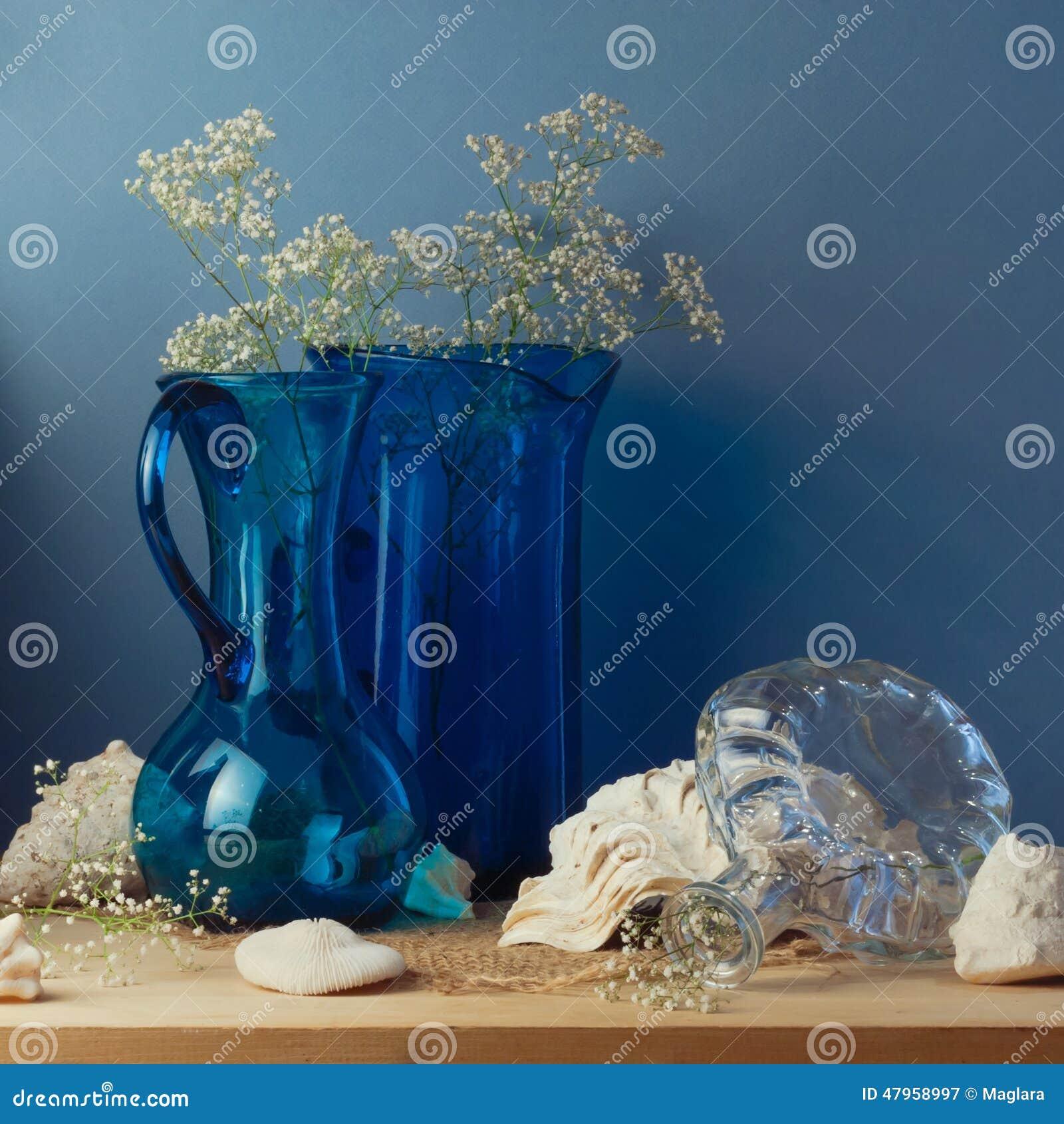 Stilleben med blåa glass vaser och snäckskal