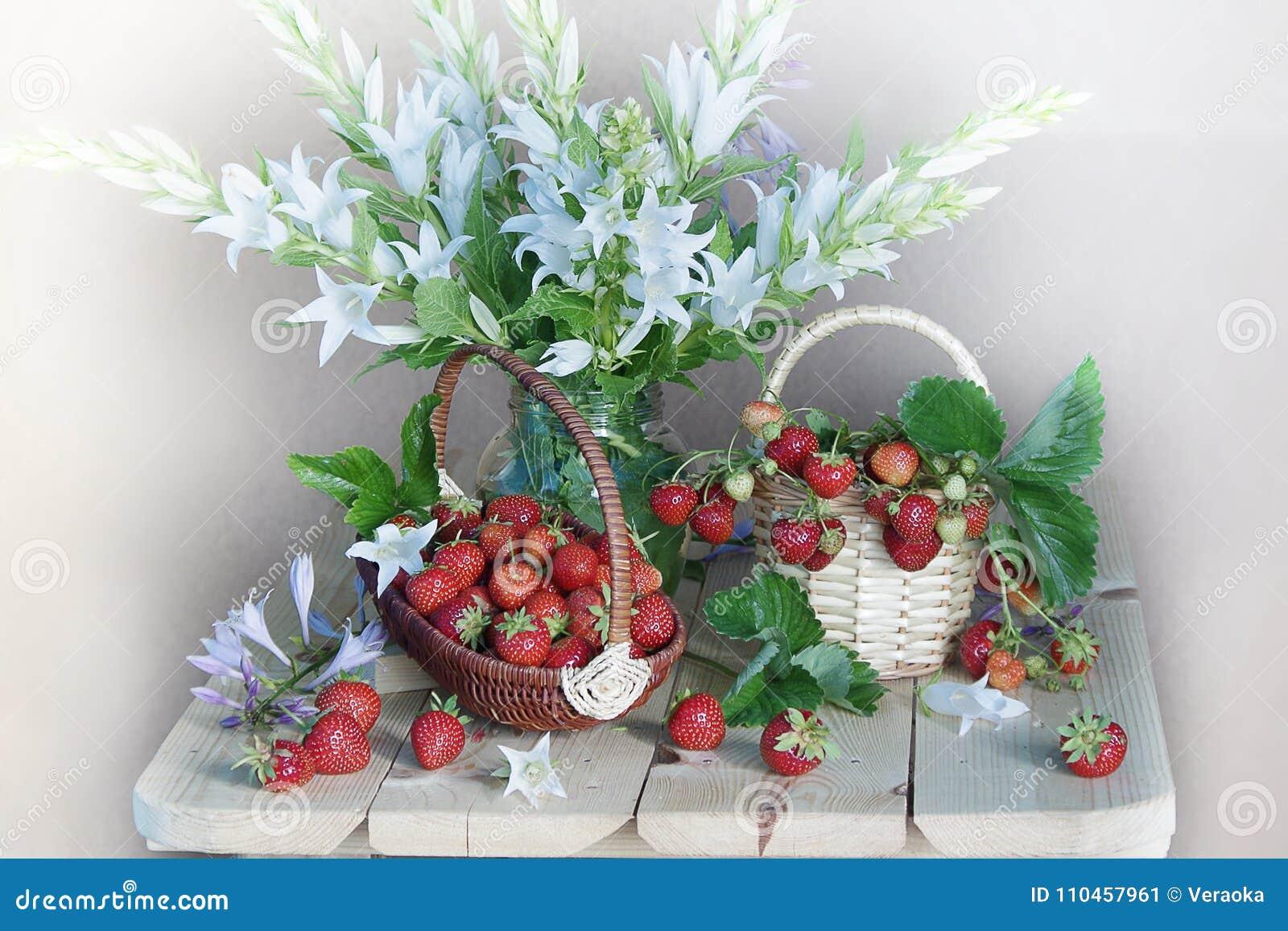 Stilleben med blommor och bär