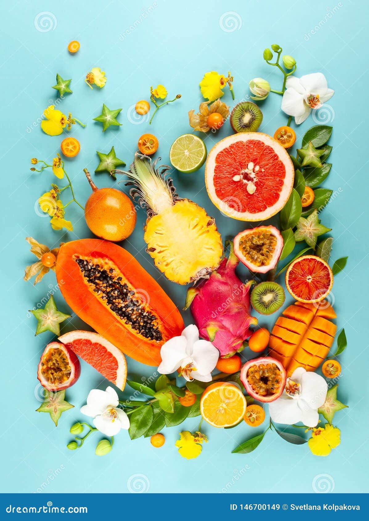 Stilleben med nya blandade exotiska frukter och blommor