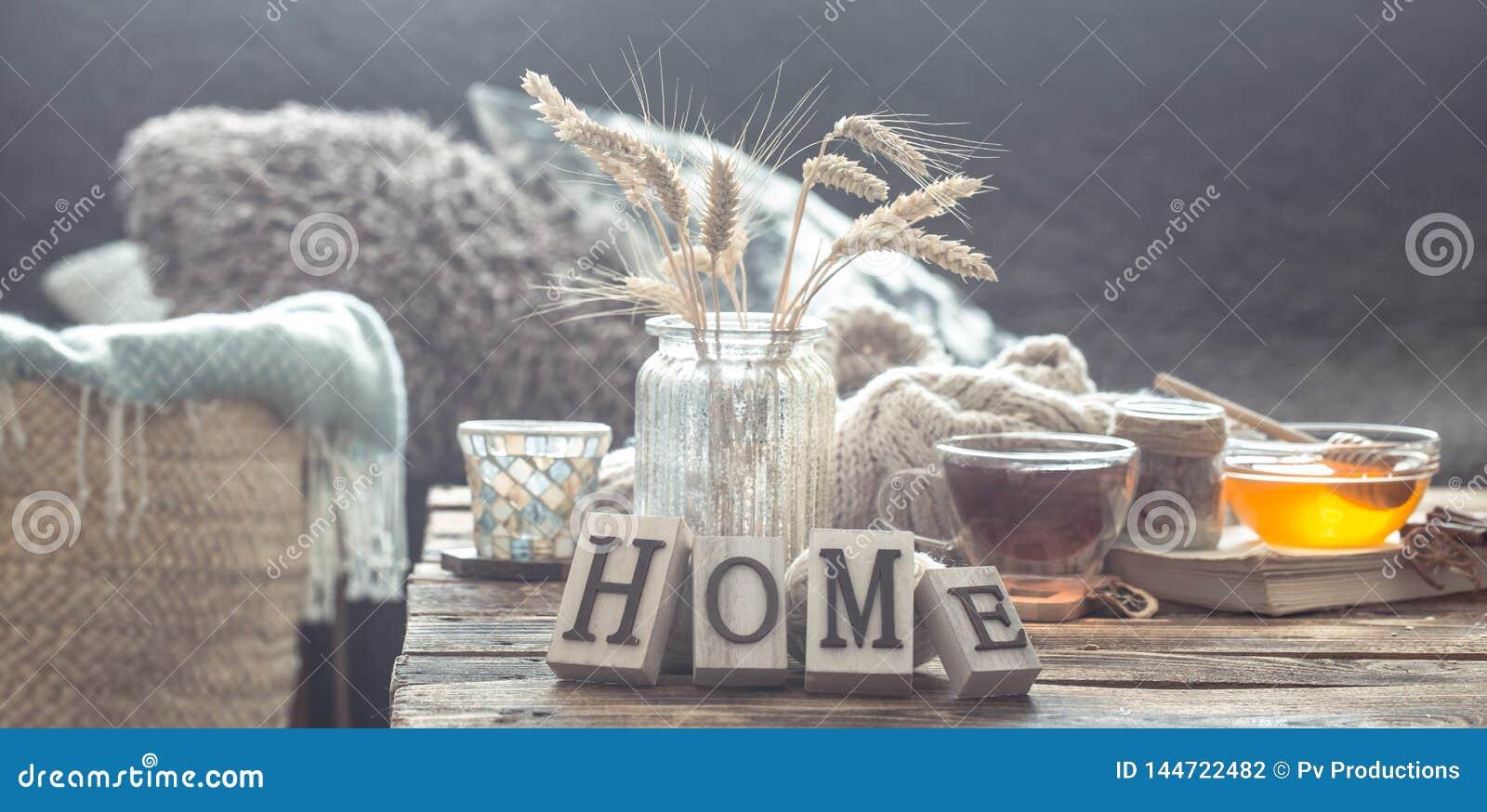 Stillebendetaljer av hemmilj?n p? en tr?tabell