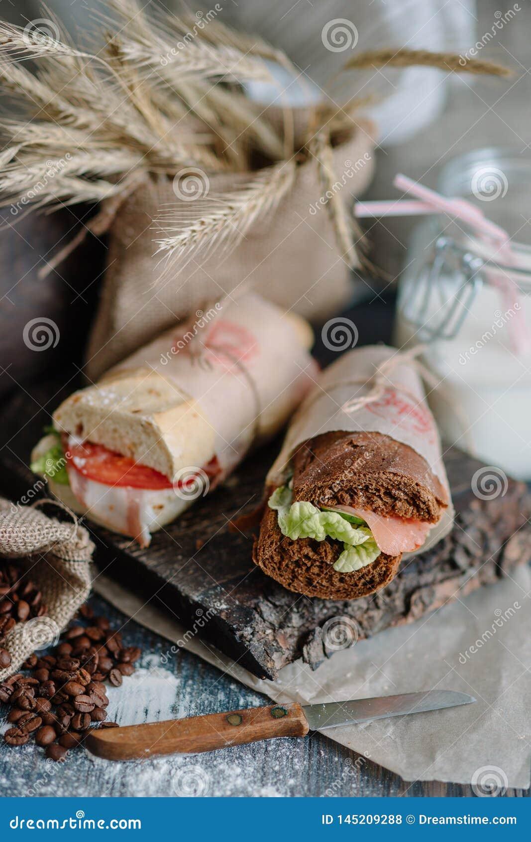 Stillebensmörgås av bröd med skinka