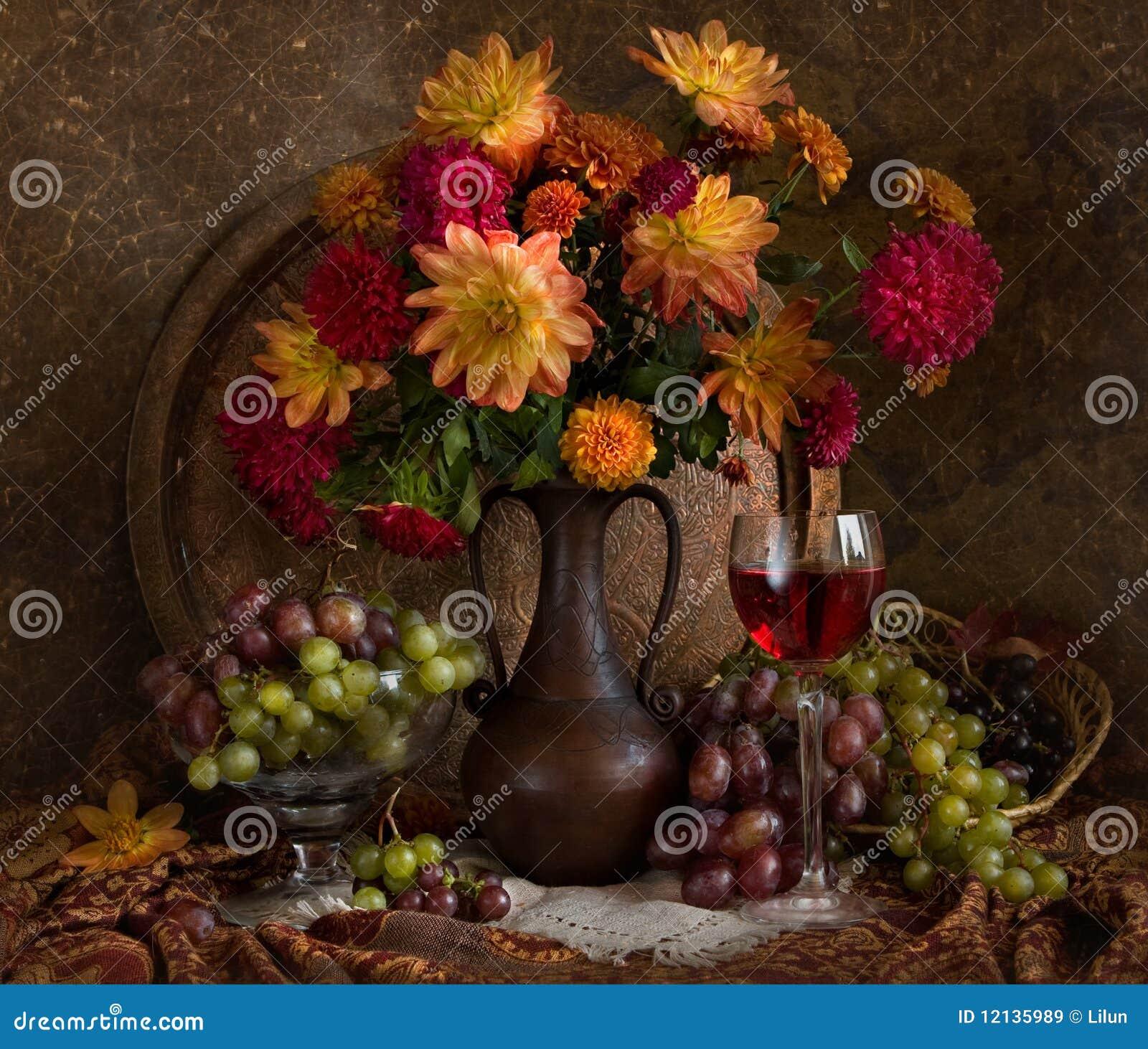 Stilleven met de herfstbloemen en wijn