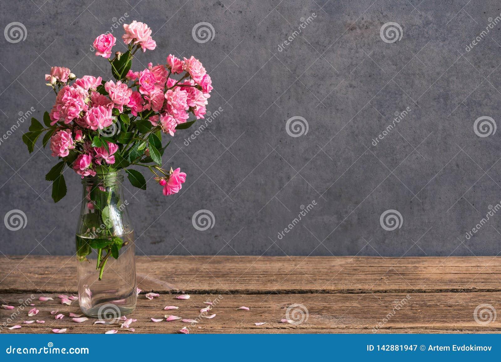 Stilleven met een mooi boeket van roze rozenbloemen vakantie of huwelijksachtergrond