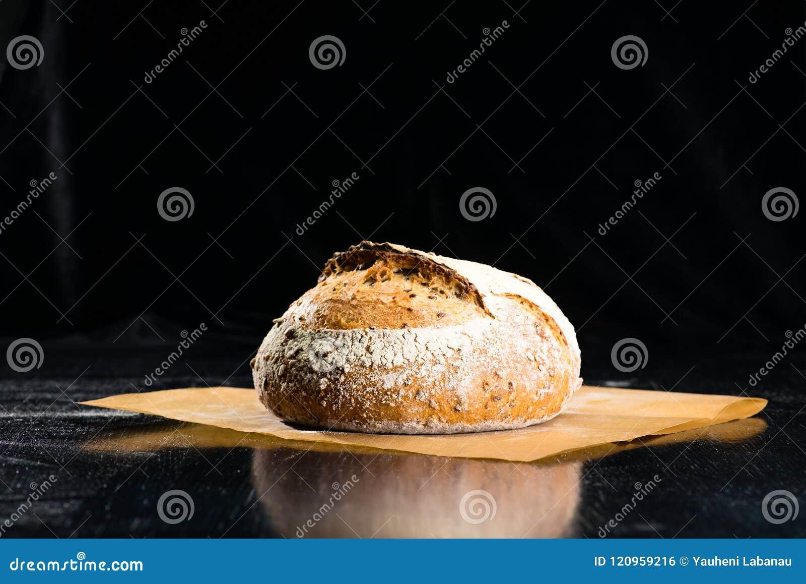 Stilleven met een traditioneel rond artisanaal brood van het roggebrood met
