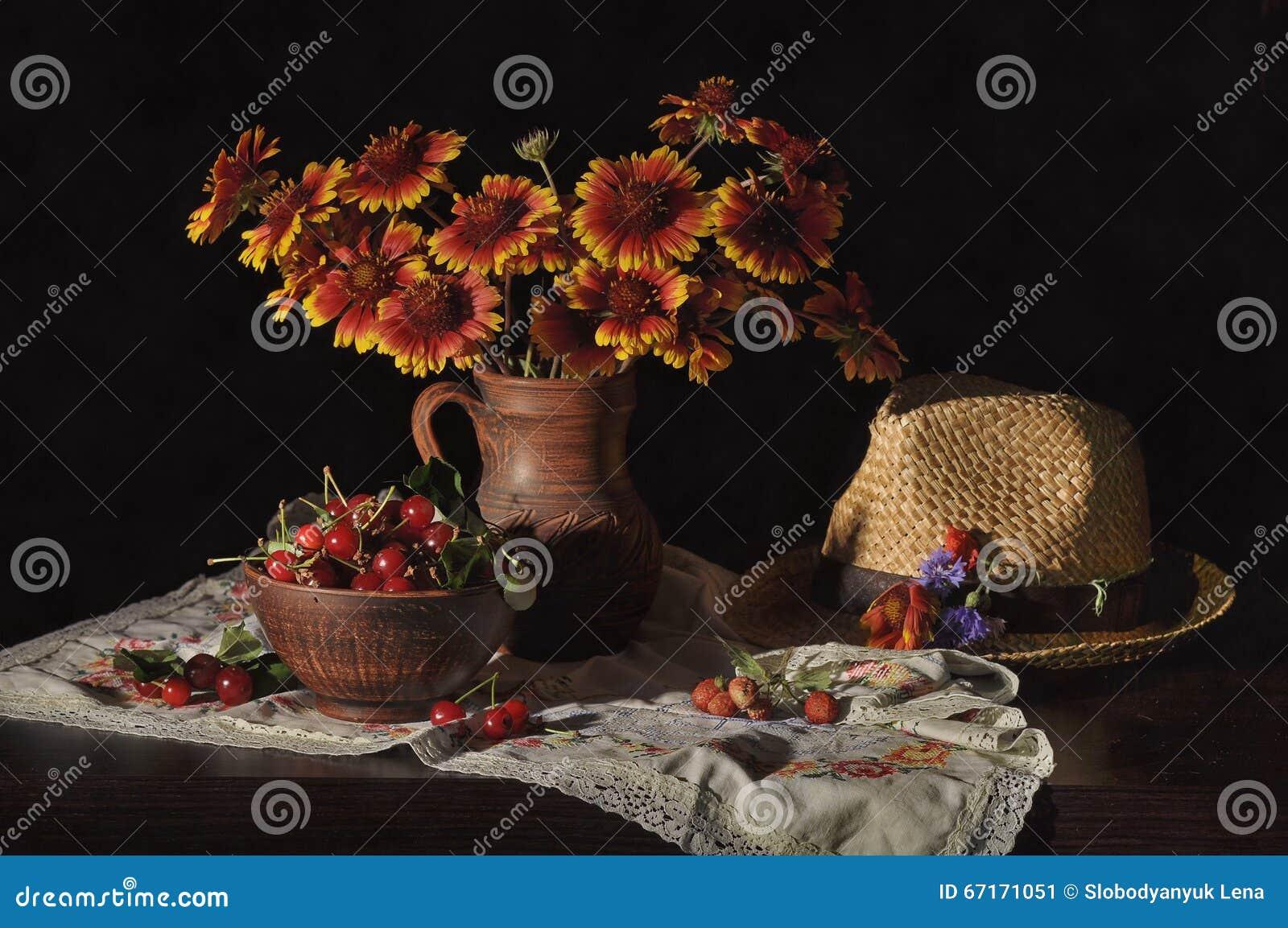 Stilleven met kersen, bloemen stock foto   afbeelding: 67171051