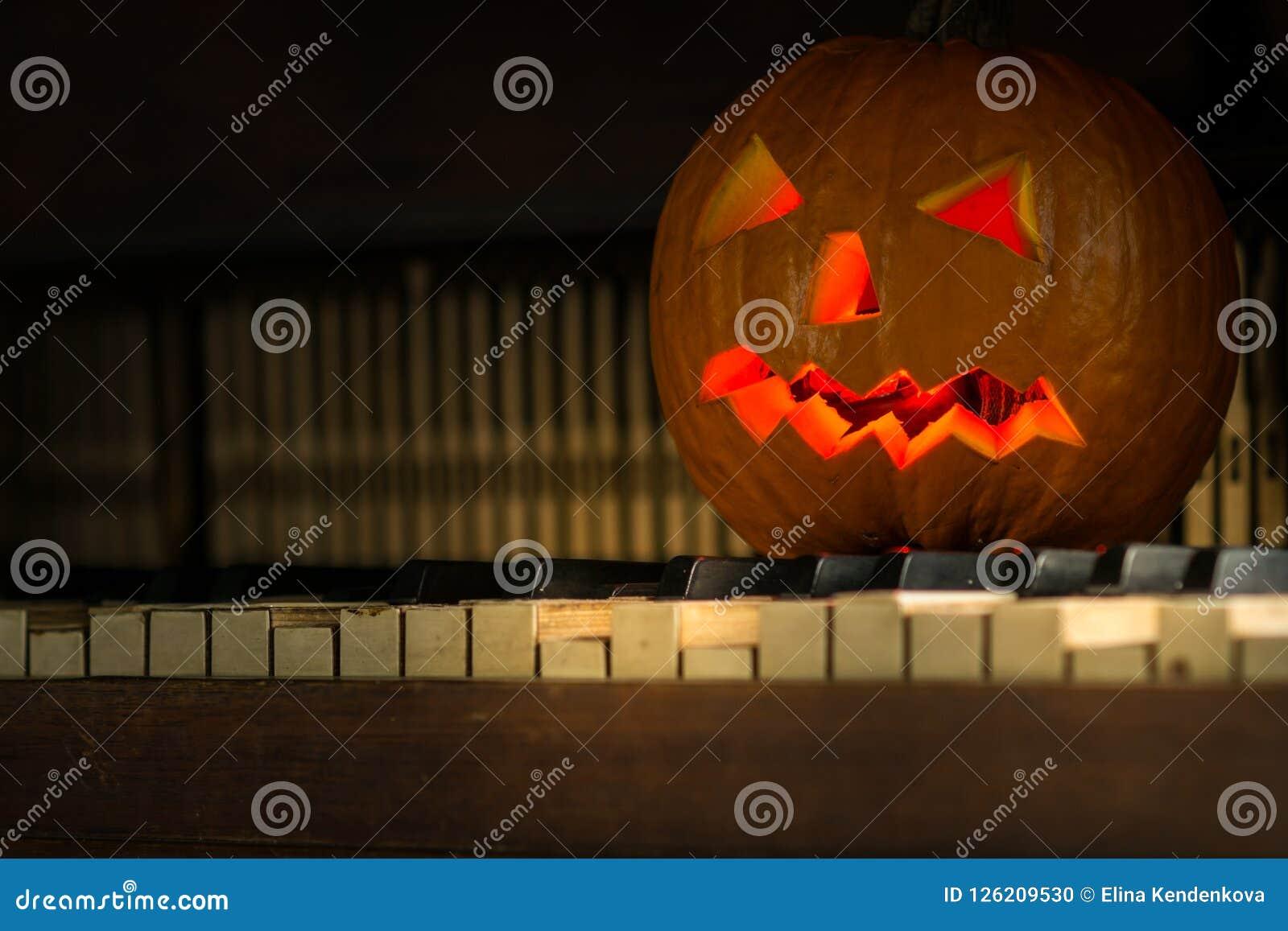 Stilleven met pompoengezicht op Halloween in oktober