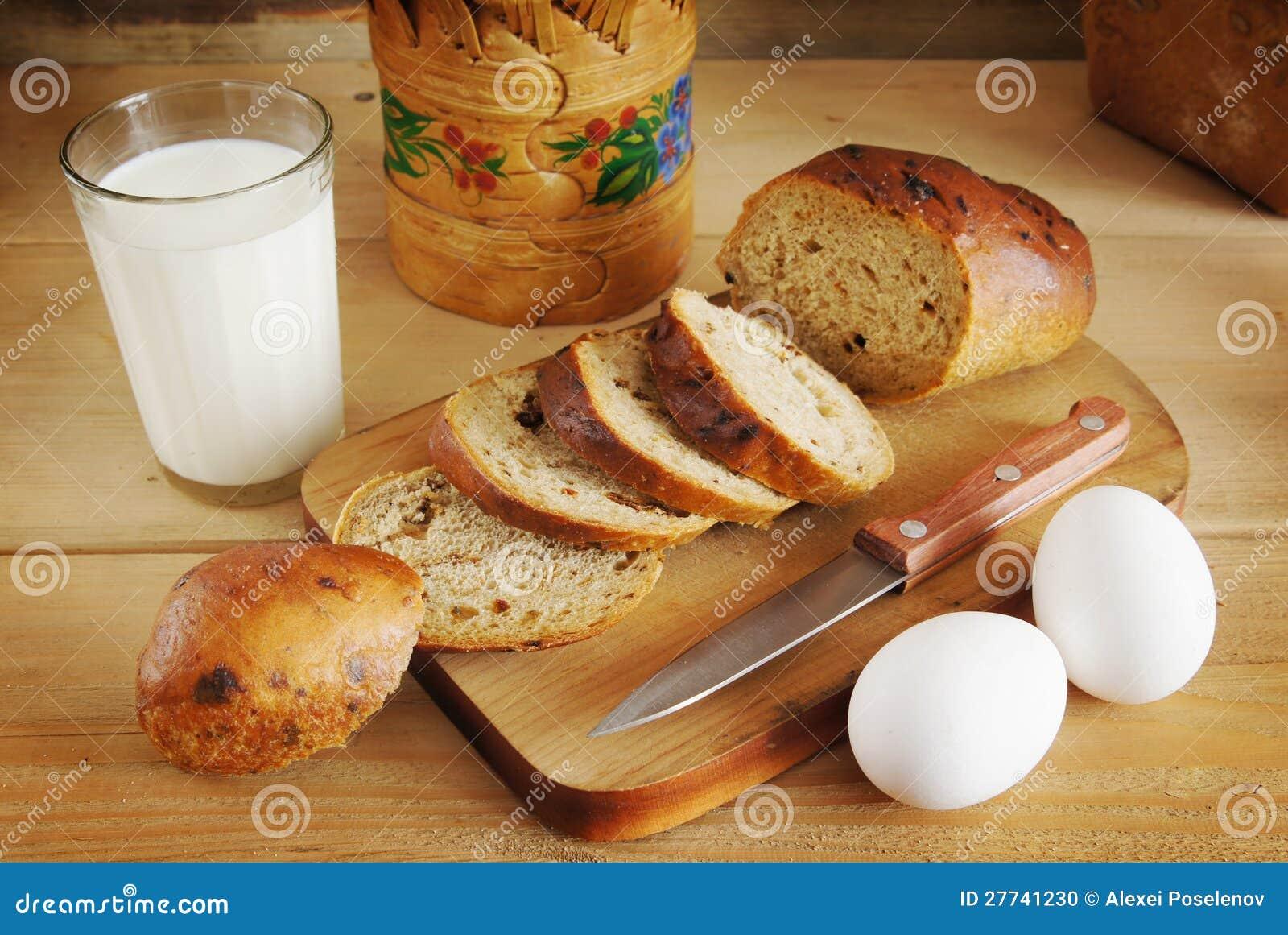 Stilleven met roggebrood en een glas melk