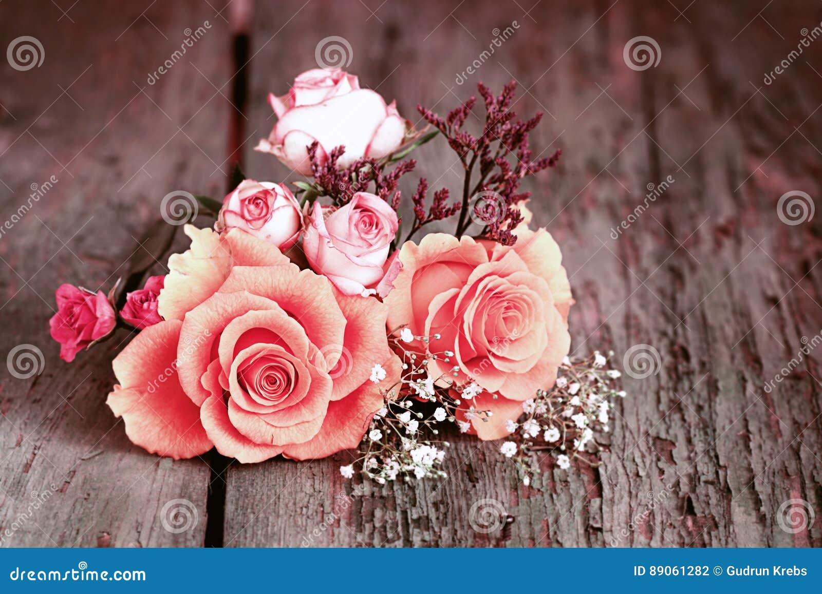 Stilleven met rozen in sjofele elegante stijl