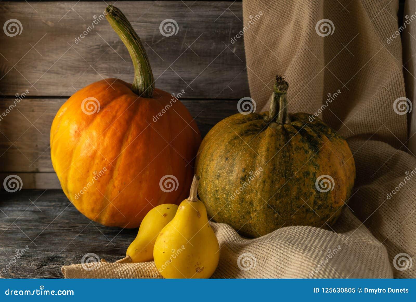 Stilleven van de herfstpompoenen van diverse grootte Op een houten achtergrond