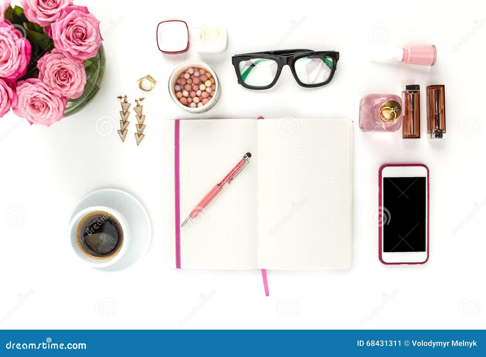 Stilleven van maniervrouw, voorwerpen op wit