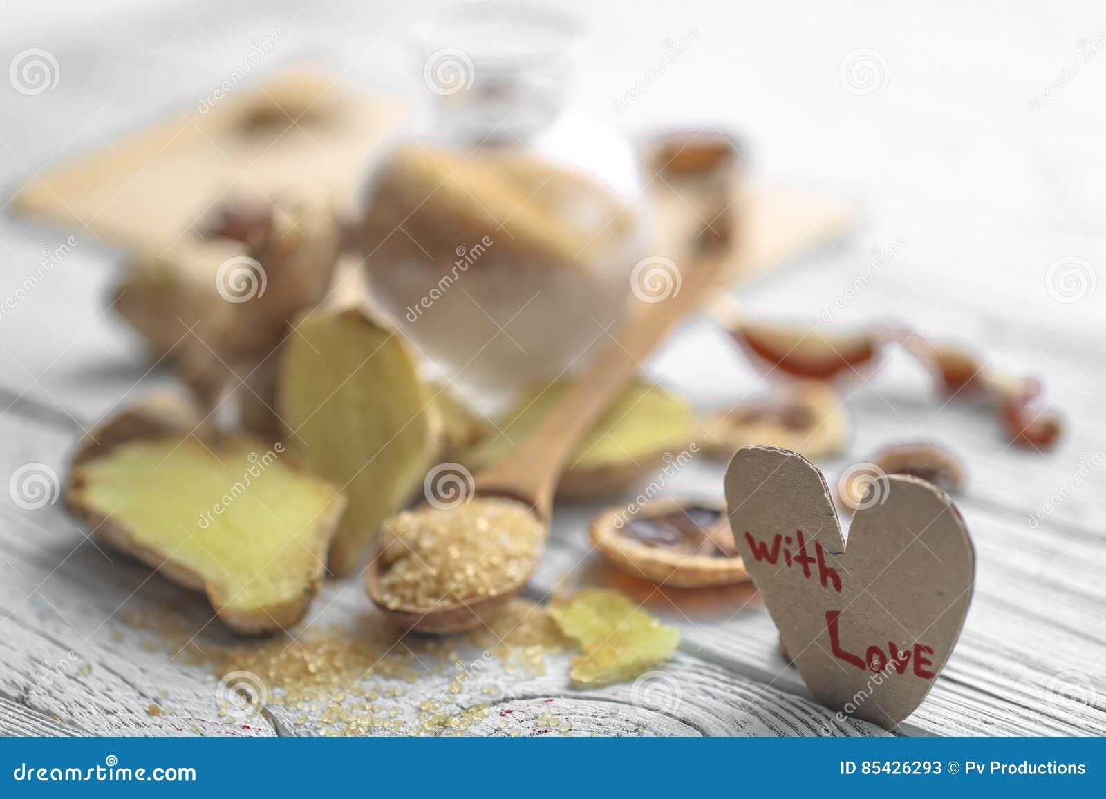 Stilleven van verse gember met een houten lepelsuiker
