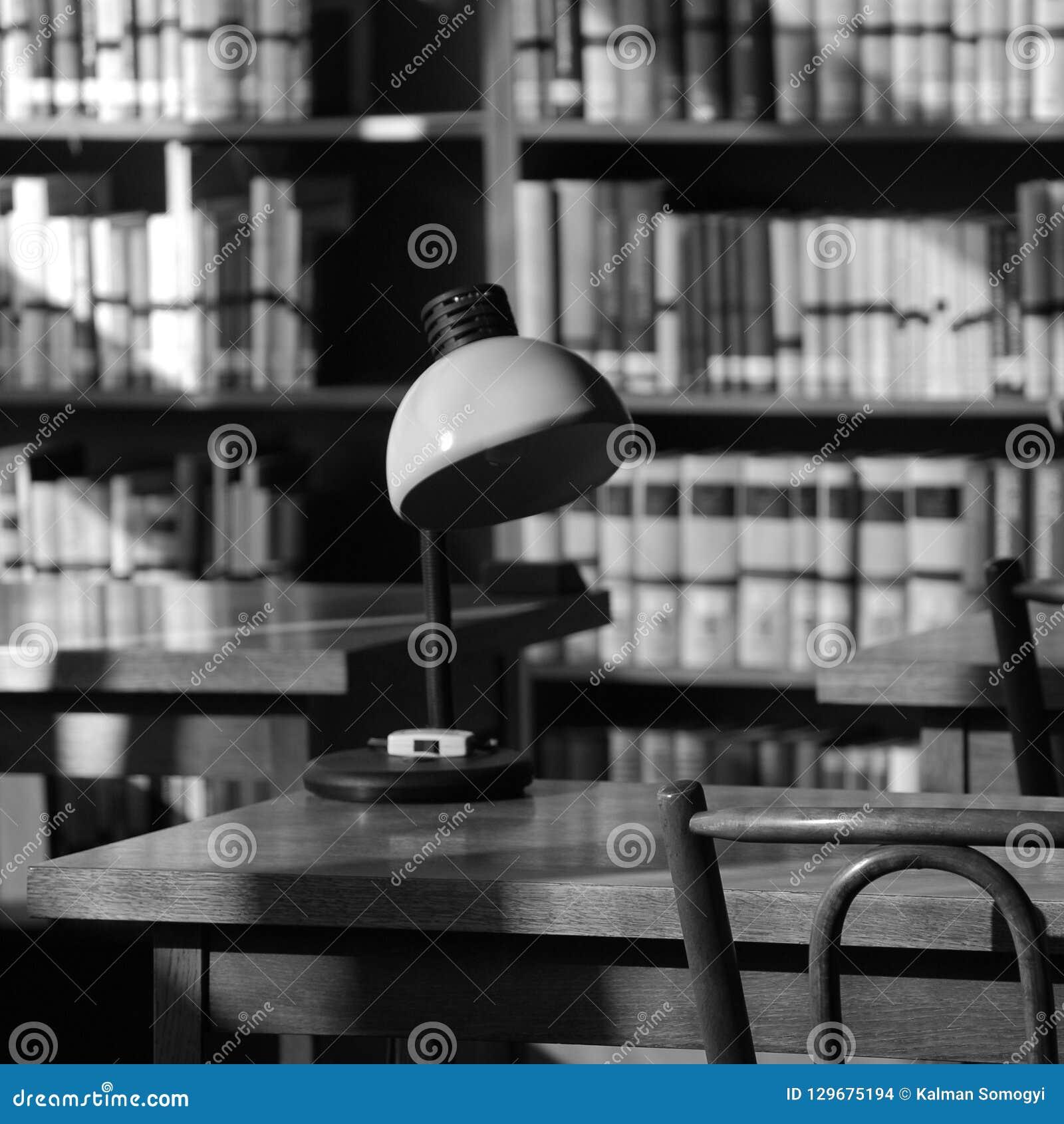 Stillleben in einer alten Bibliothek mit einer Lampe auf einer Tabelle