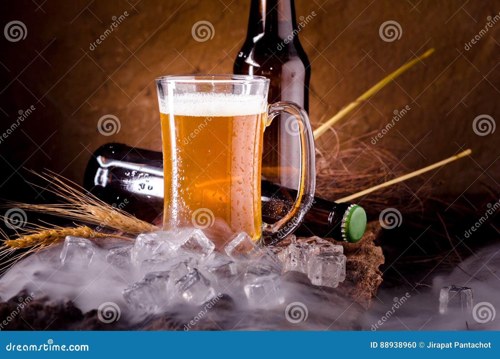 Stillleben Mit Bier Und Fassbier Mit Eis Durch Das Glas Stockfoto ...