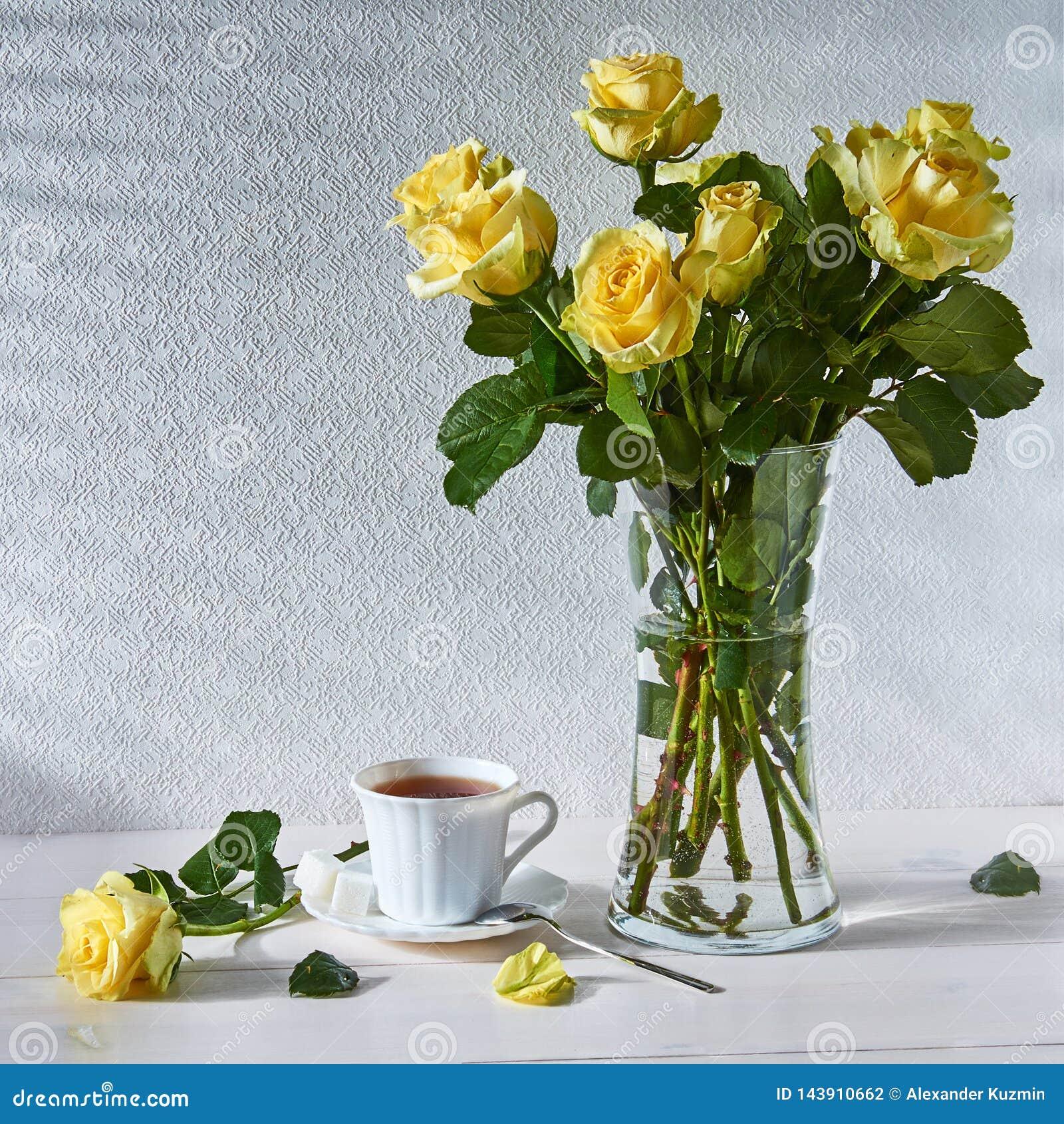 Stillleben mit einem Blumenstrauß von Rosen und von Tasse Tee