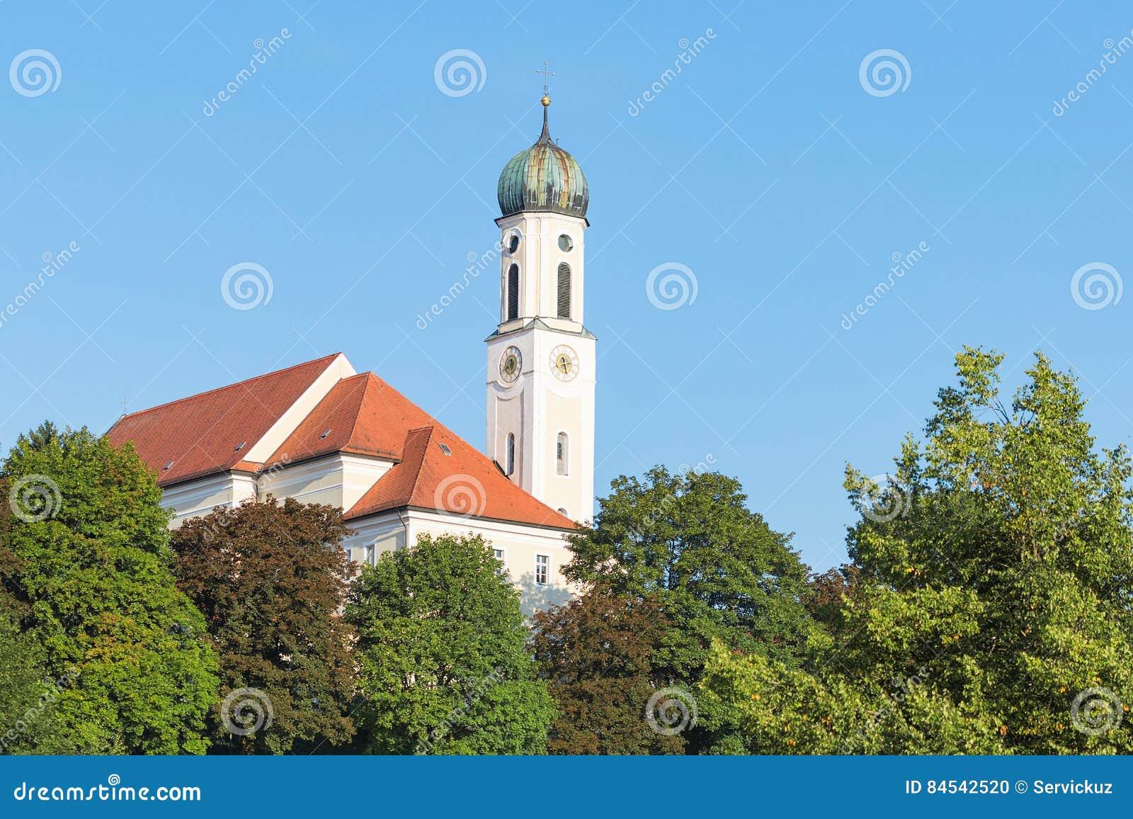 Stillsamt bayerskt landskap i lilla staden Schongau med den forntida kyrkan
