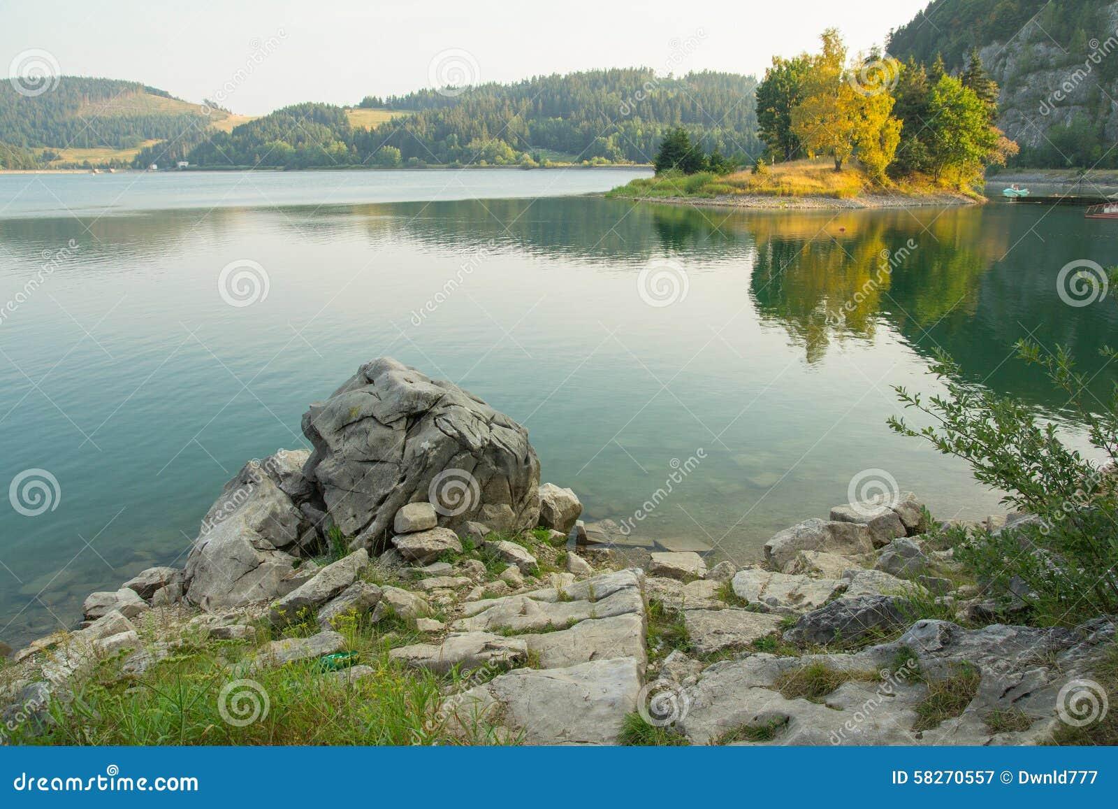 Stillsamt bergsjölandskap