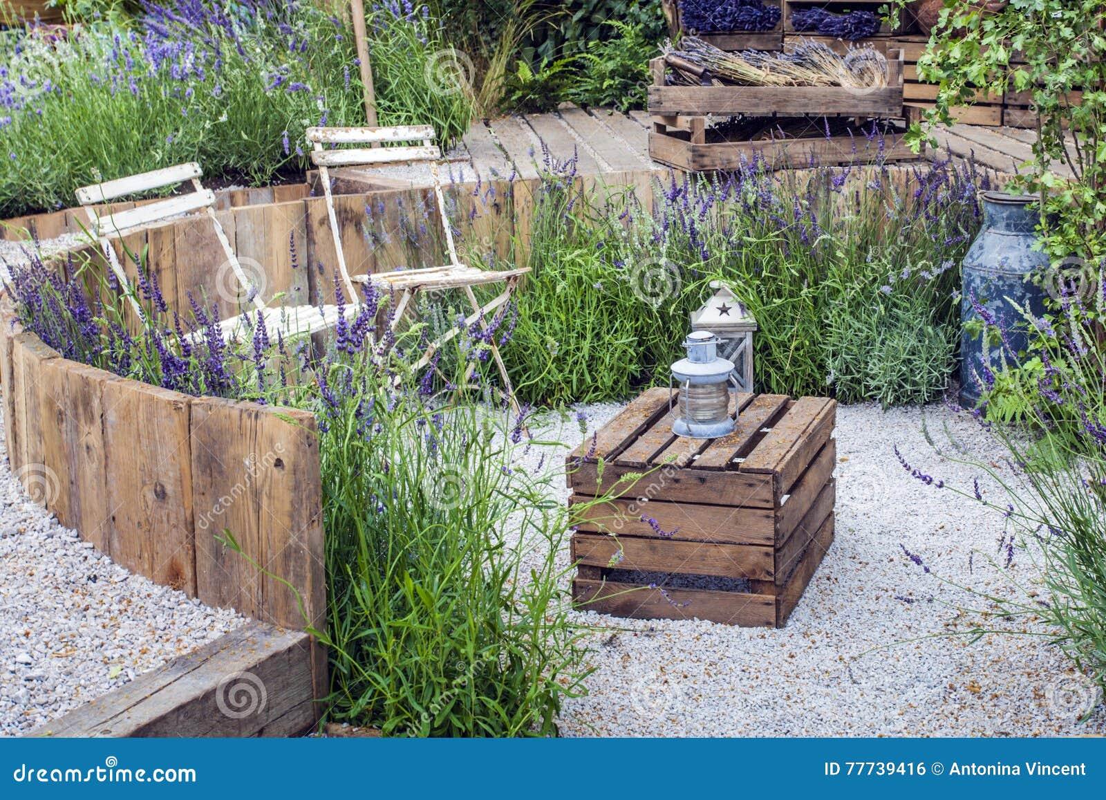 Stillsamt trädgårds- landskap