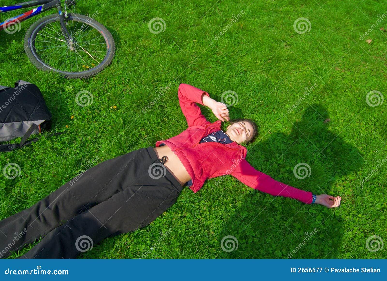 Stillstehen auf dem Gras