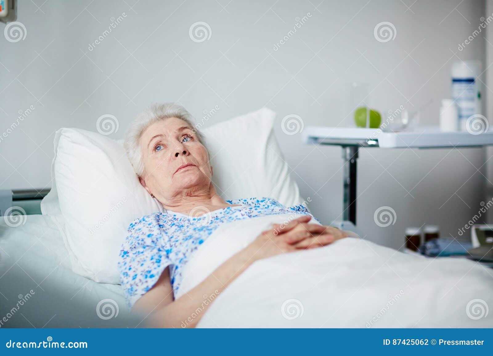 Stillstehende ältere Frau in der Klinik