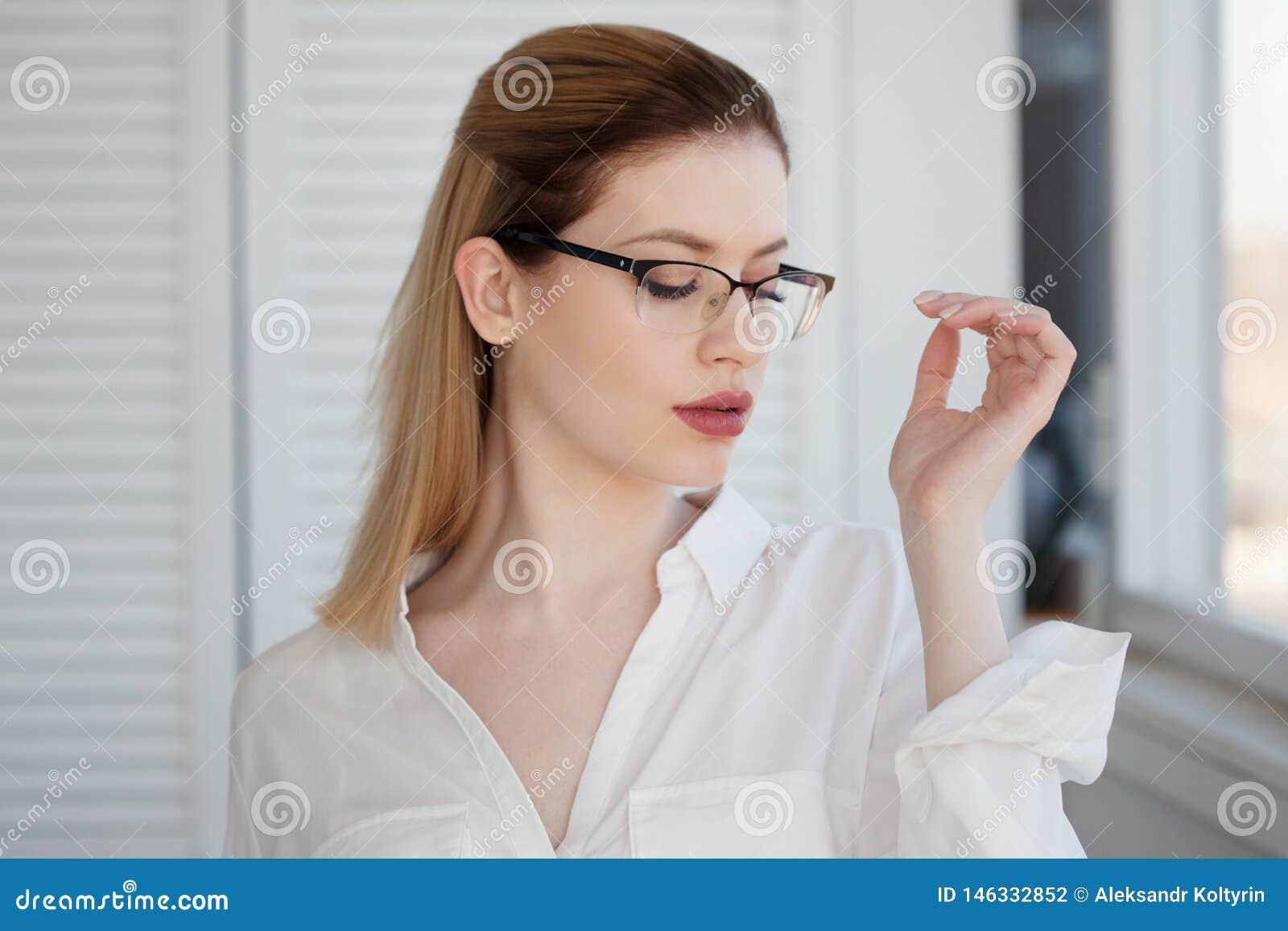 Stilvolle Gläser in einem dünnen Rahmen, Visionskorrektur Portr?t einer jungen Frau