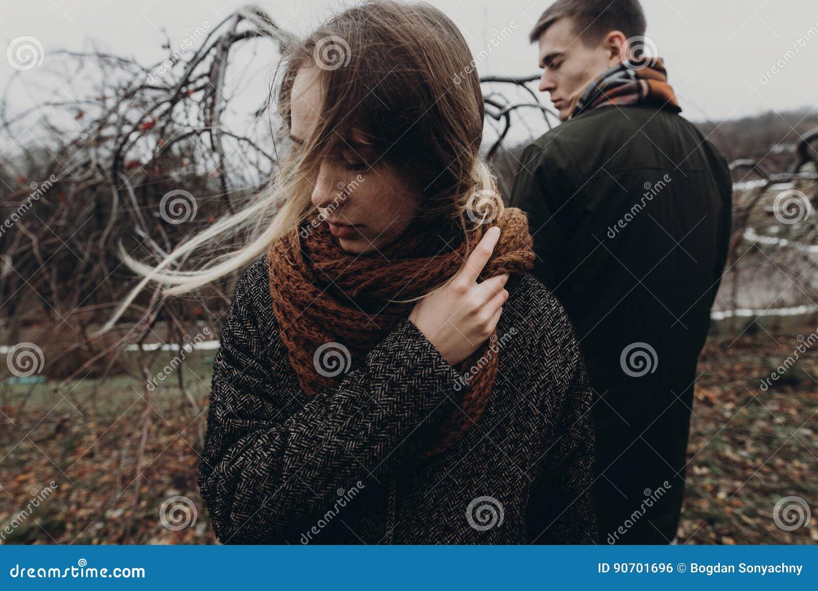 Stilvolle Hippie-Frau und -mann, die im windigen Herbst aufwirft, parken sensu
